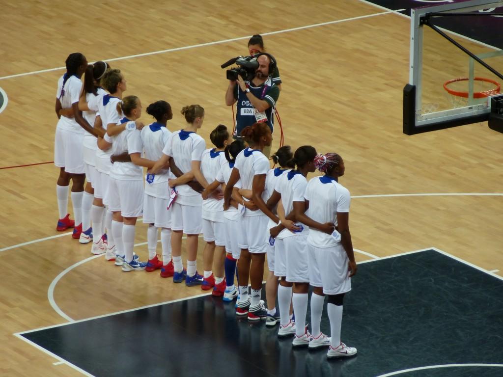 """les basketteuses françaises debout pour """"La Marseillaise"""""""