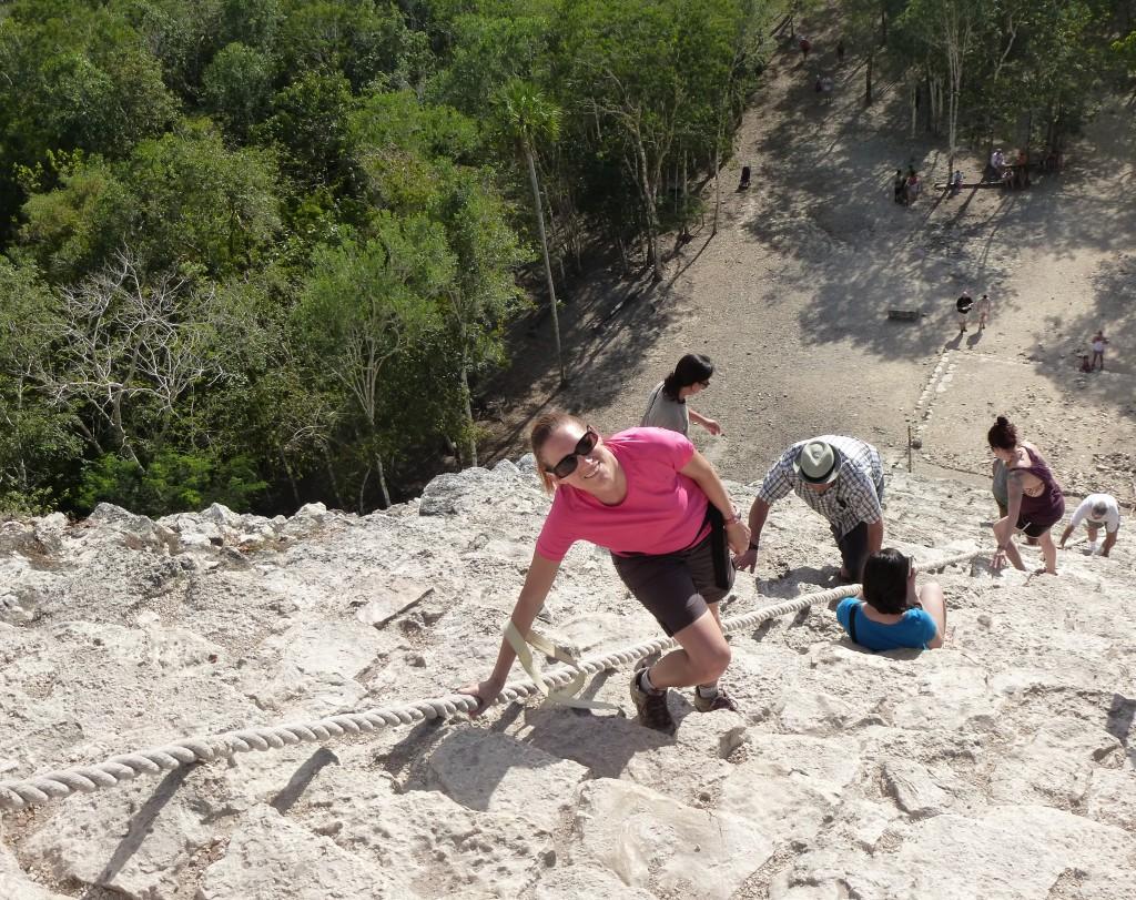 Grimpant la pyramide de Nohoc Mul à Coba