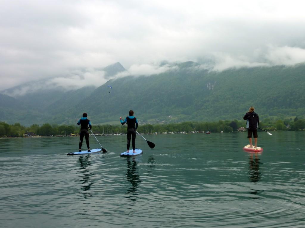 Profiter du lac sur une planche de stand up paddle