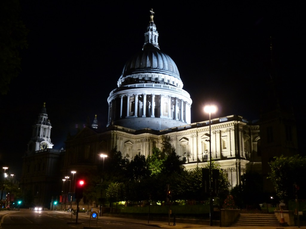 La cathédrale Saint Paul de nuit