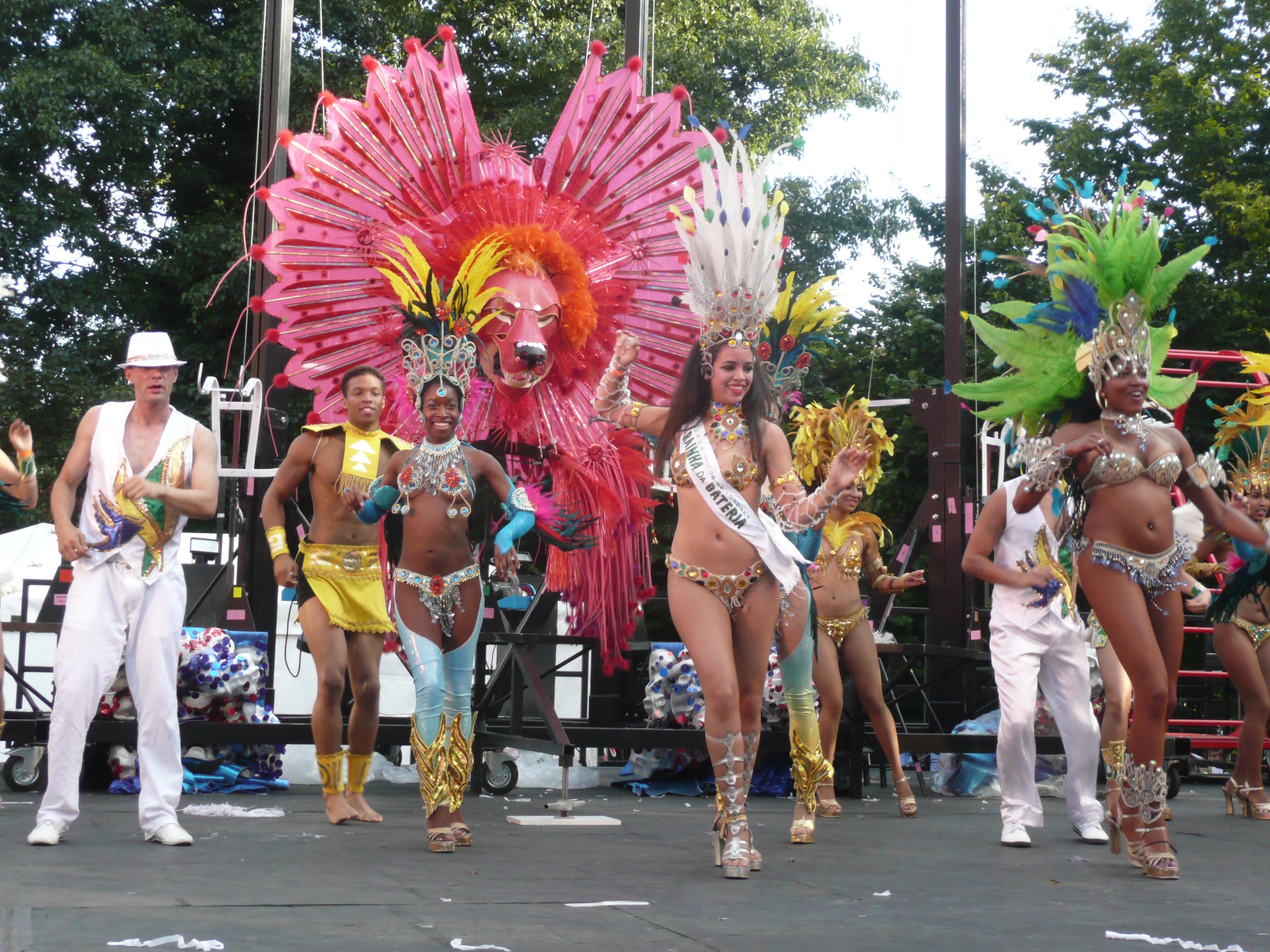 Danseurs et danseuses de samba au Thames Festival
