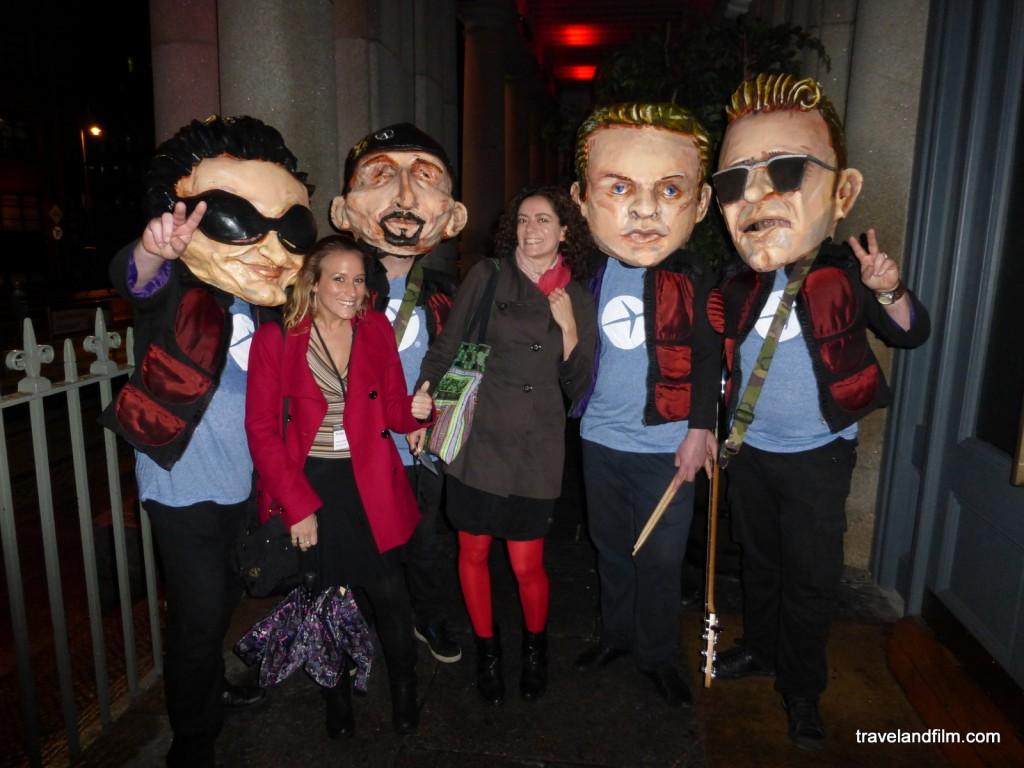 Sarah et moi avec les membres de U2 ou presque