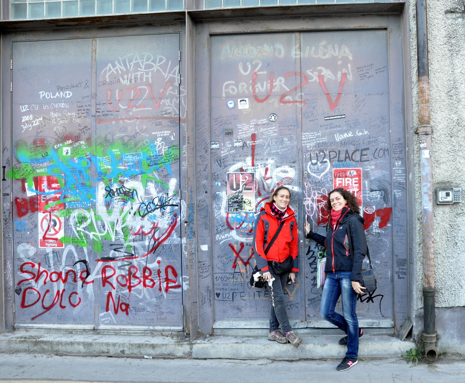 Sarah et moi devant le studio de U2