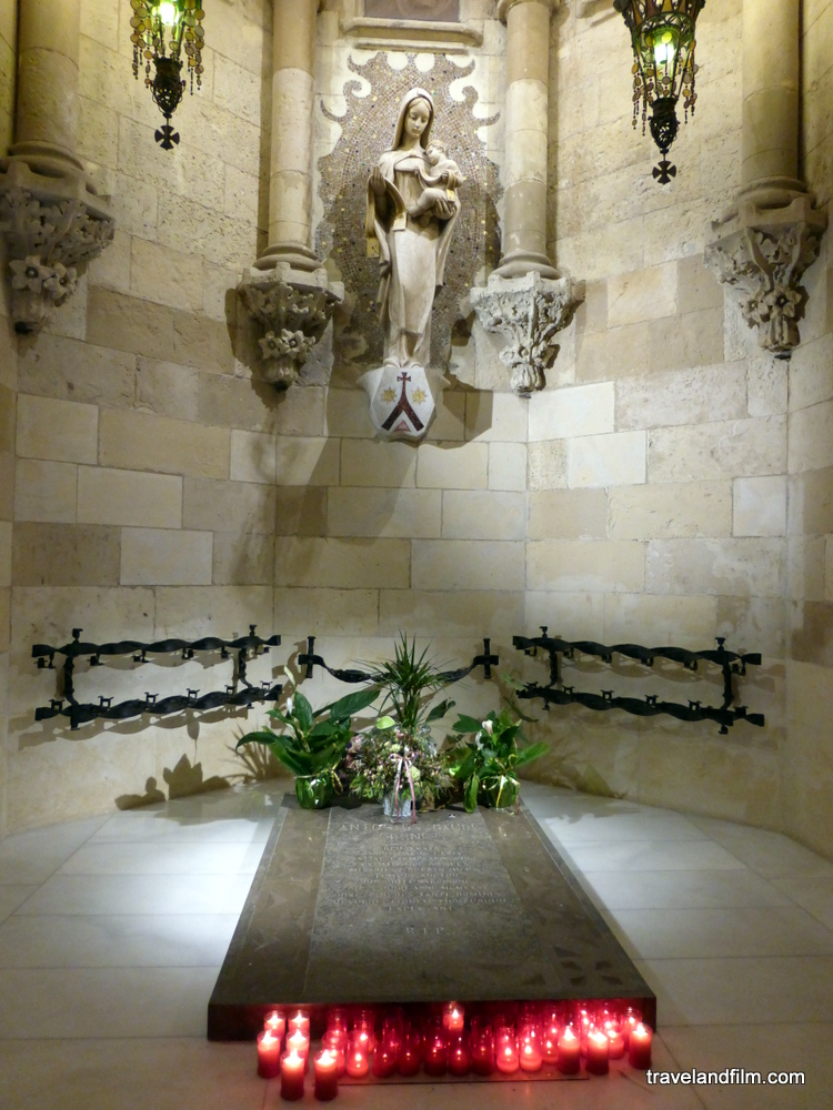 tombe-crypte-gaudi-barcelone