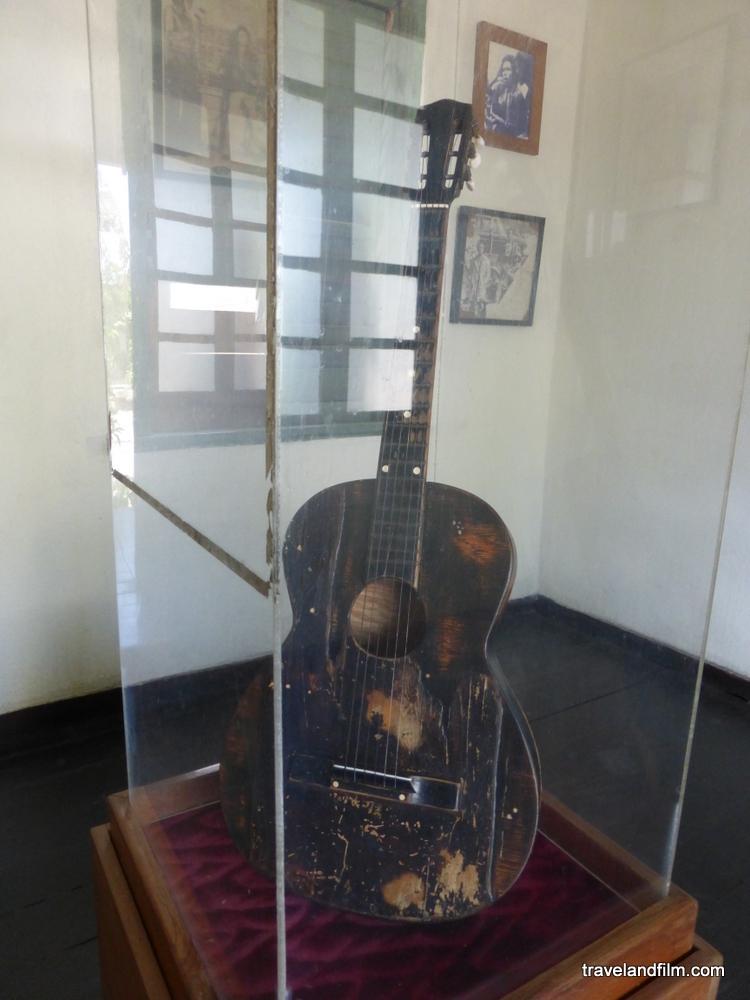 premiere-guitar-de-bob-marley-trench-town