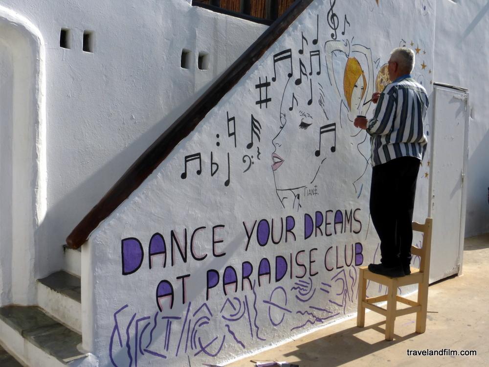 dance-your-dreams-at-paradise-beach-mykonos