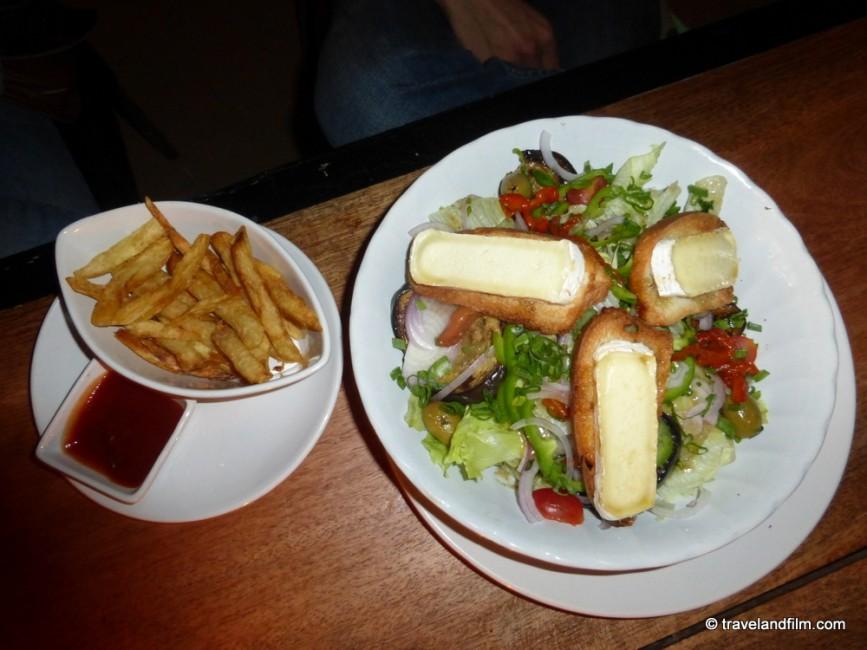 la-plage-restaurant-goa-salade-chevre-chaud