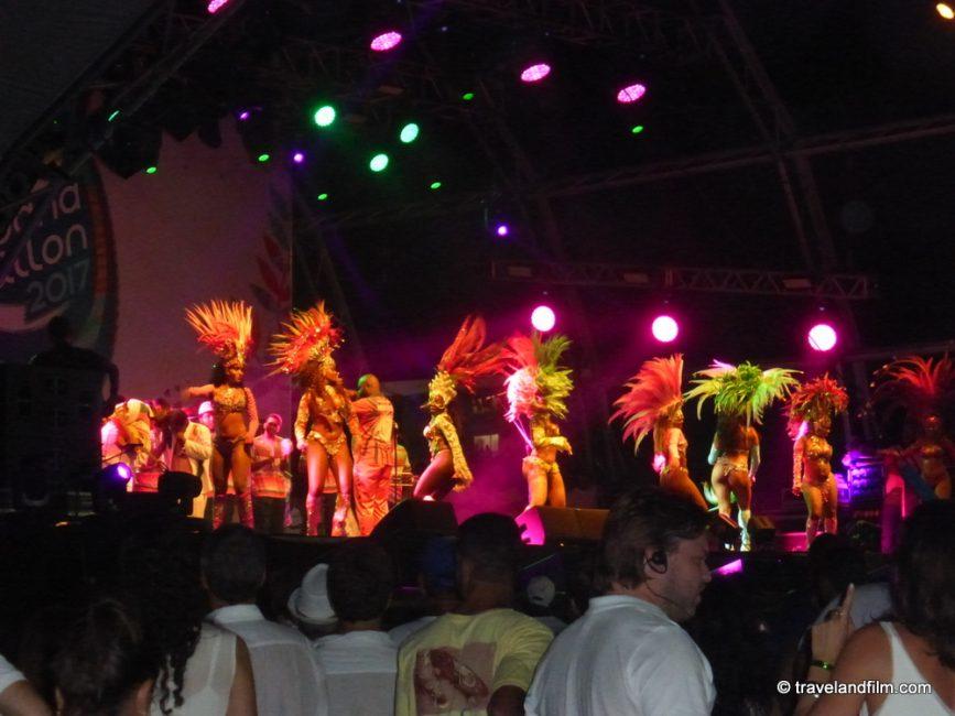 danseuses-samba-plage-copacabana-reveillon-rio-de-janeiro