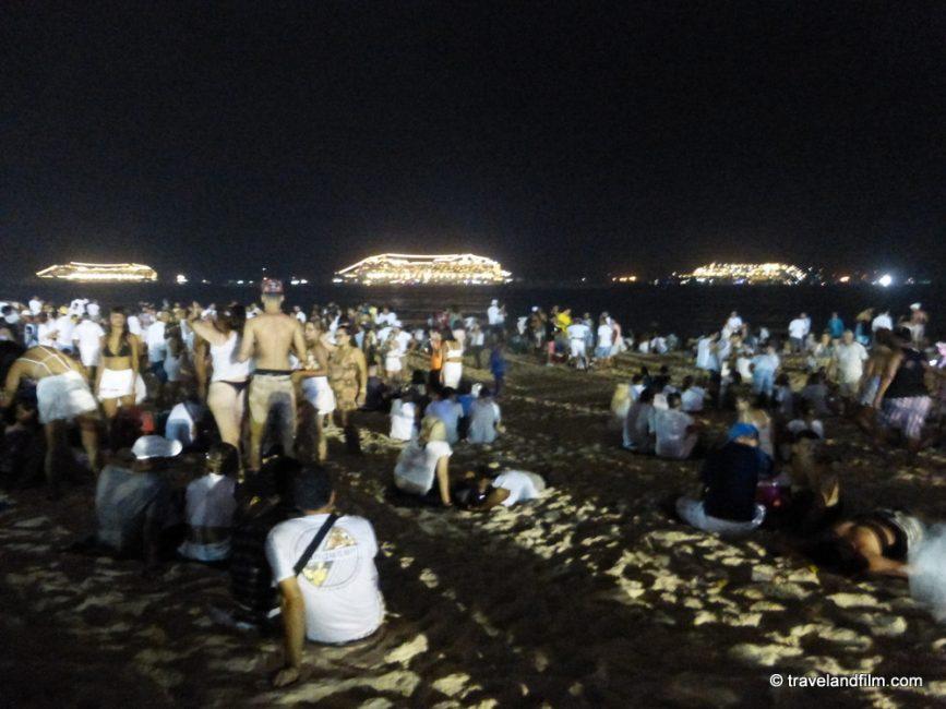 tous-en-blanc-sur-la-plage-de-copacabana-pour-jour-de-l-an